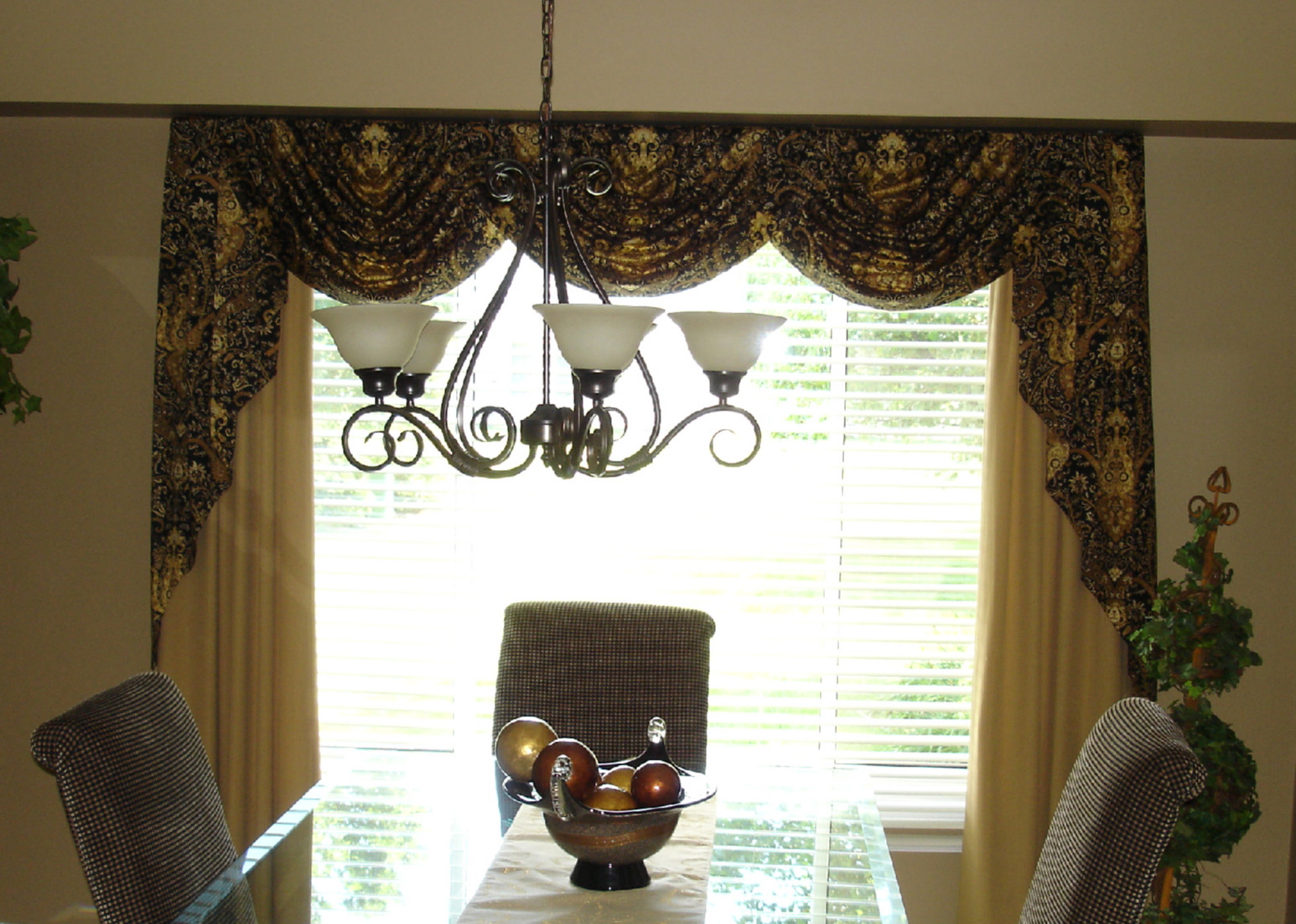 Dining room bay window treatment ideas for Dining room window treatments